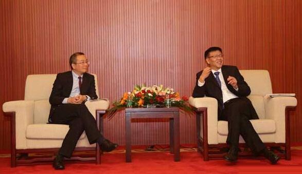 壳牌业务总经理沈坚(左)与海装风电总经理孙建中(右)共同接受媒体采访