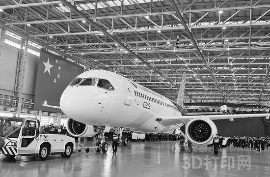 """中国现代国际关系研究院世界经济研究所研究院陈凤英说:""""中国过去为了买一架空客飞机,需要出口8亿件衬衫。""""为了摆脱这种状况,中国领导人正致力于对低附加价值产业结构进行升级。国务院今年5月份发布《中国制造2025》,宣布截止2025年要将中国制造业的竞争力提升到德国和日本的水平,也是与此思想一脉相承的。   制造中国国产飞机的中国商用飞机有限责任公司(COMAC),虽然C919客机预定了去年底进行试飞,但由于技术问题而推迟了。中国认为就算推迟飞机生产,也必须保证安全。   报道称"""