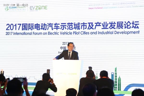 万钢:每隔四年新能源汽车电池能量密度提高一倍,成本降低约50%