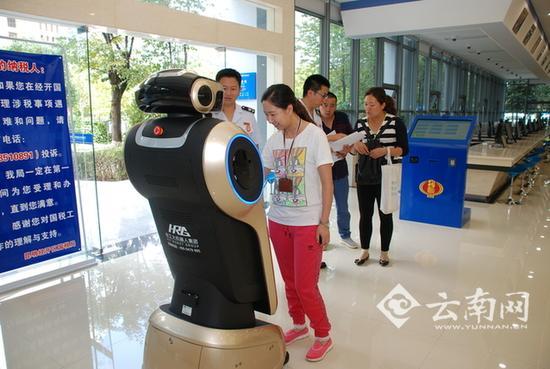 """云南首个税务机器人上岗 开启""""智能税务""""新模式"""