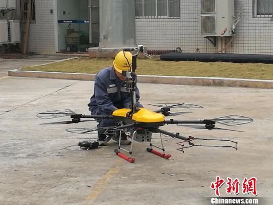 深圳:使用国内首款激光炮清障无人机清理输电线上外挂物