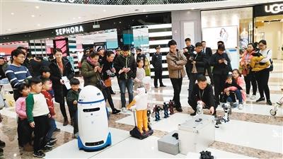 机器人小胖街头宣传户籍新政