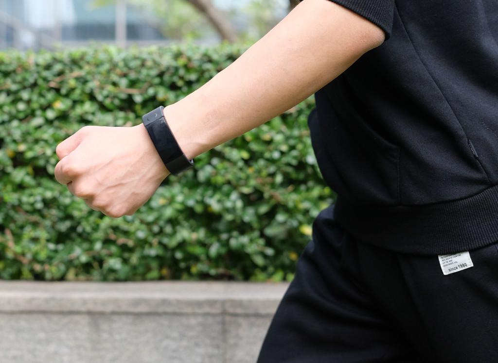 让健康监护与跑步协助更专业 斐讯运动手环W1