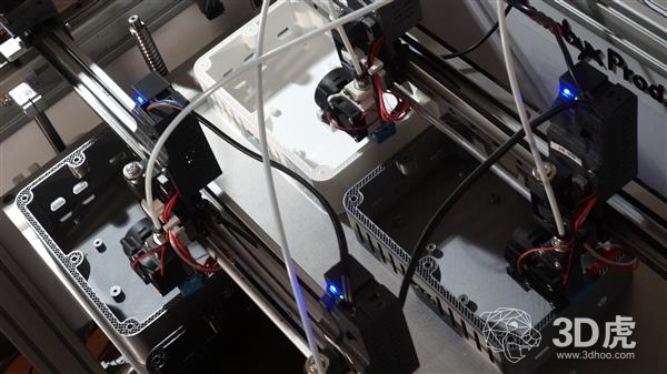 Bombyx Prod在一台3D打印机上安装10个打印头