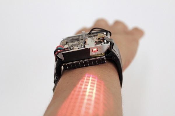 会投影的智能手表LumiWatch,可在手臂自由地滑动并控制其中的应用