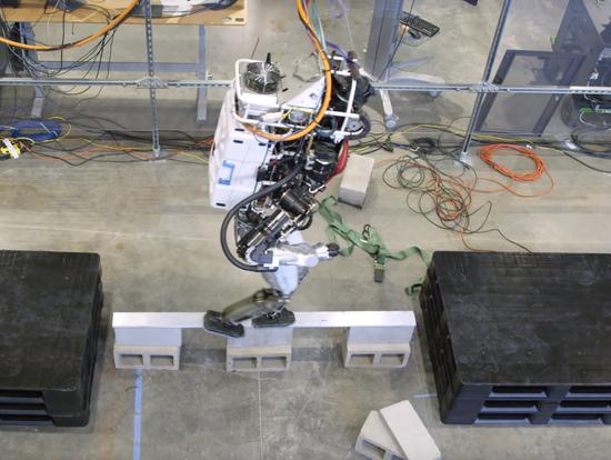 IHMC Robotics人形机器人通过平衡木 成功率约为50%