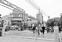 """行人街头闯红灯遭智能""""水喷"""" 治理交通还得用高科技"""